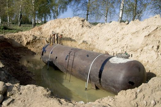 On a building site is going to place under the ground the tank for fuel