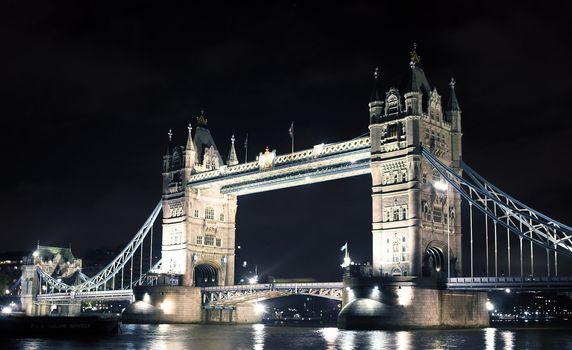 Tower bridge at night - London, river Thames.