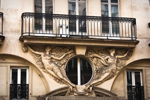 Beautiful residences in Paris with sculptures