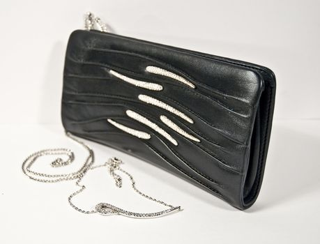 Pochette in black on a white background and coordinated necklace