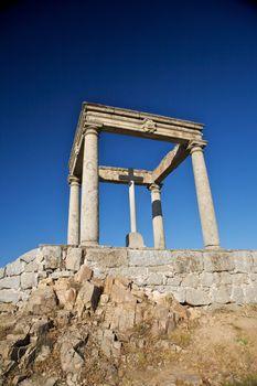 cross between four columns
