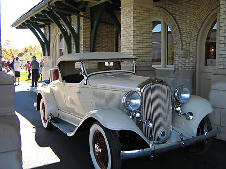 A photograph of an early 20th century American automobile.