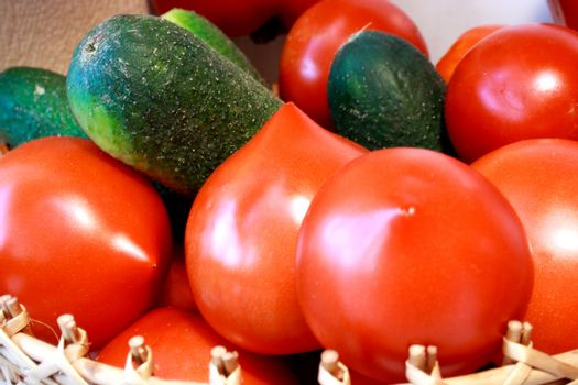 Foto of cucumber and tomatoes laying nearby