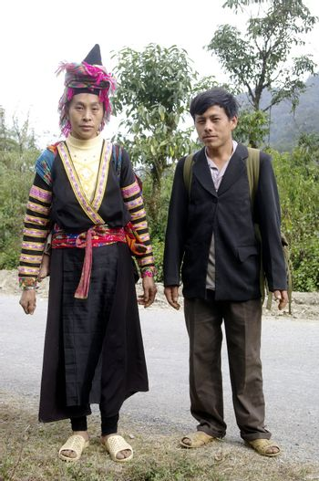 On the road a couple ethnic La Chi and their baby will travel 20 km walk to the wedding of a neighbor. They left at night to arrive before noon. If the woman has retained the traditional clothing, men often abandoned.