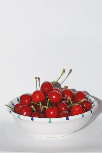 hochformat many juicy red cherries in a bowl