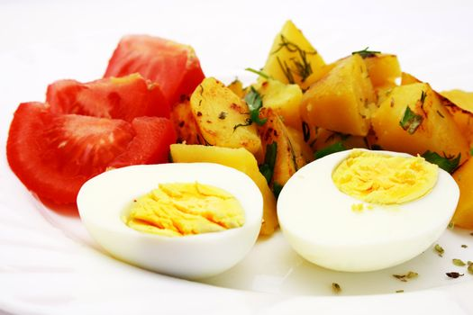 Zoomed foto of tomatoes, potatoes and eggs