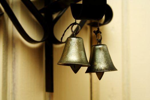 Zoomed indoor foto of hanging metallic colored bells