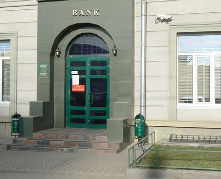 """Front porch of bank with """"Out of buisness"""" announcement"""