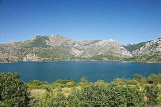 Barrios de Luna lake
