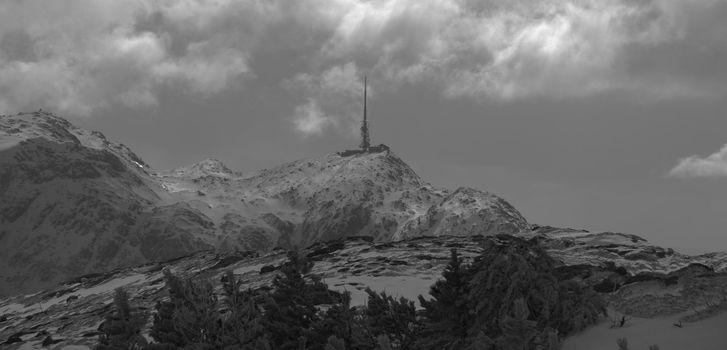 Communication antenna on the mountain