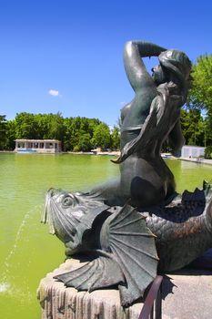 Madrid Sirena sobre Pez mermaid statue in Retiro