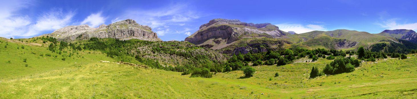 Bisaurin peak Pyrenees panoramic scenics Huesca