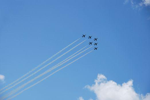 sechs flugzeuge fliegen schnell und steil nach oben bei einer flugshow