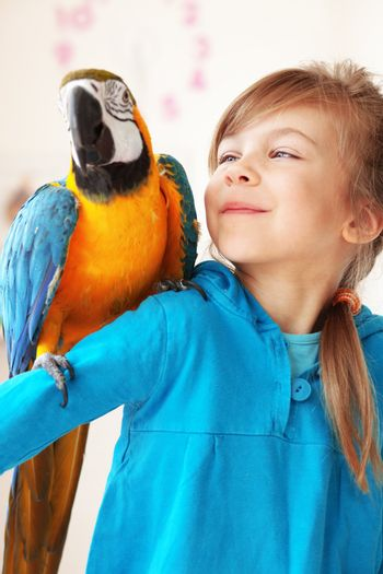 Child with ara parrot