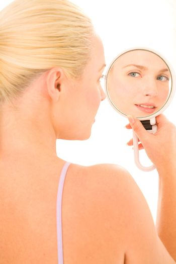 woman who looks in the mirror
