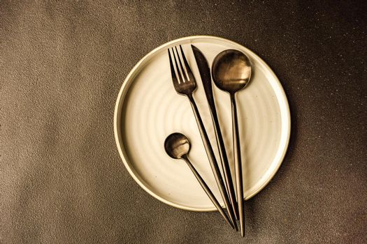 Minimalistic table setting in white and black