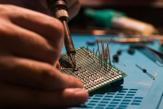 Soldering process, hot soldering iron and breadboard