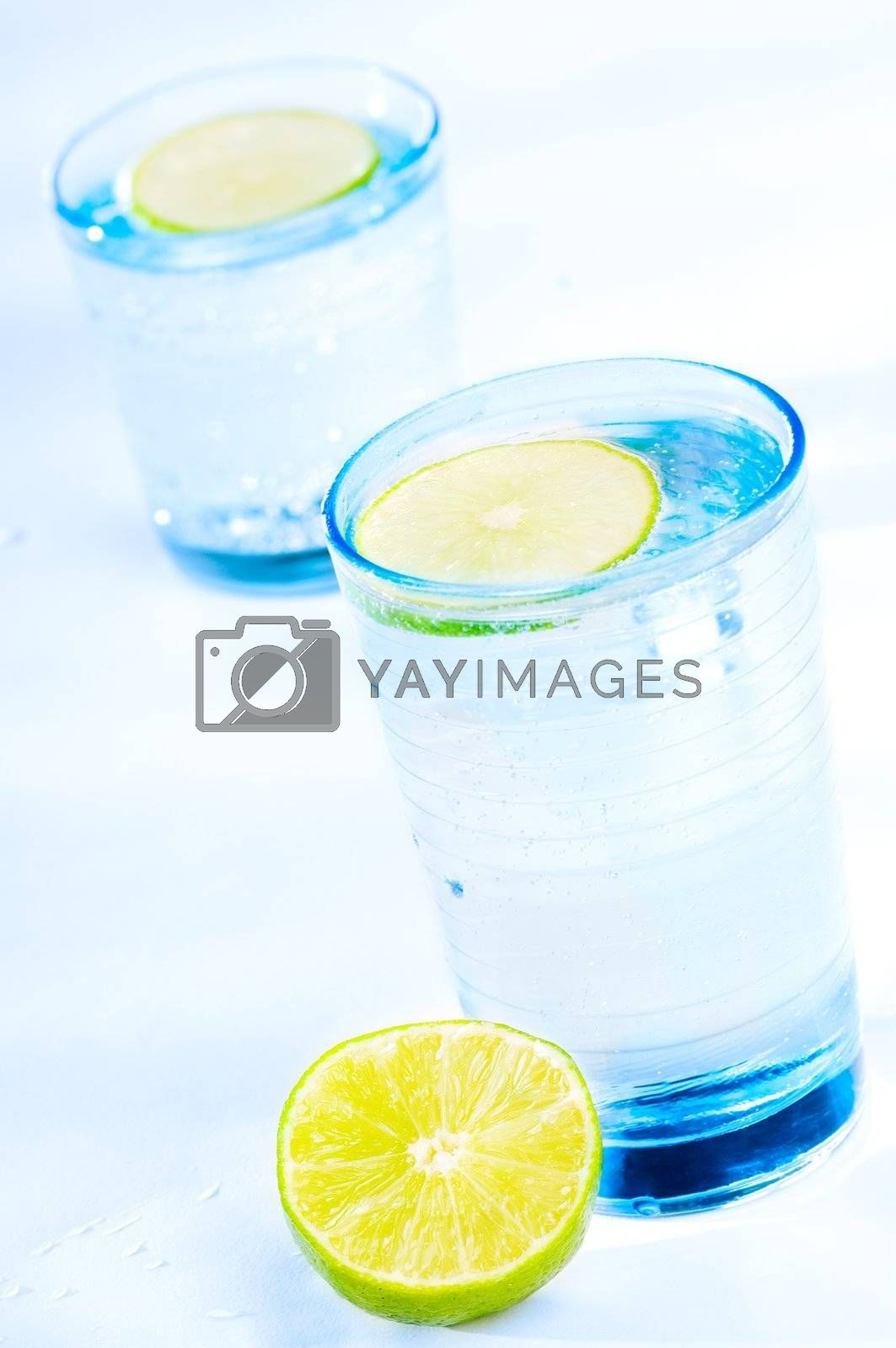 Cool and refresching drink with a slice of lime