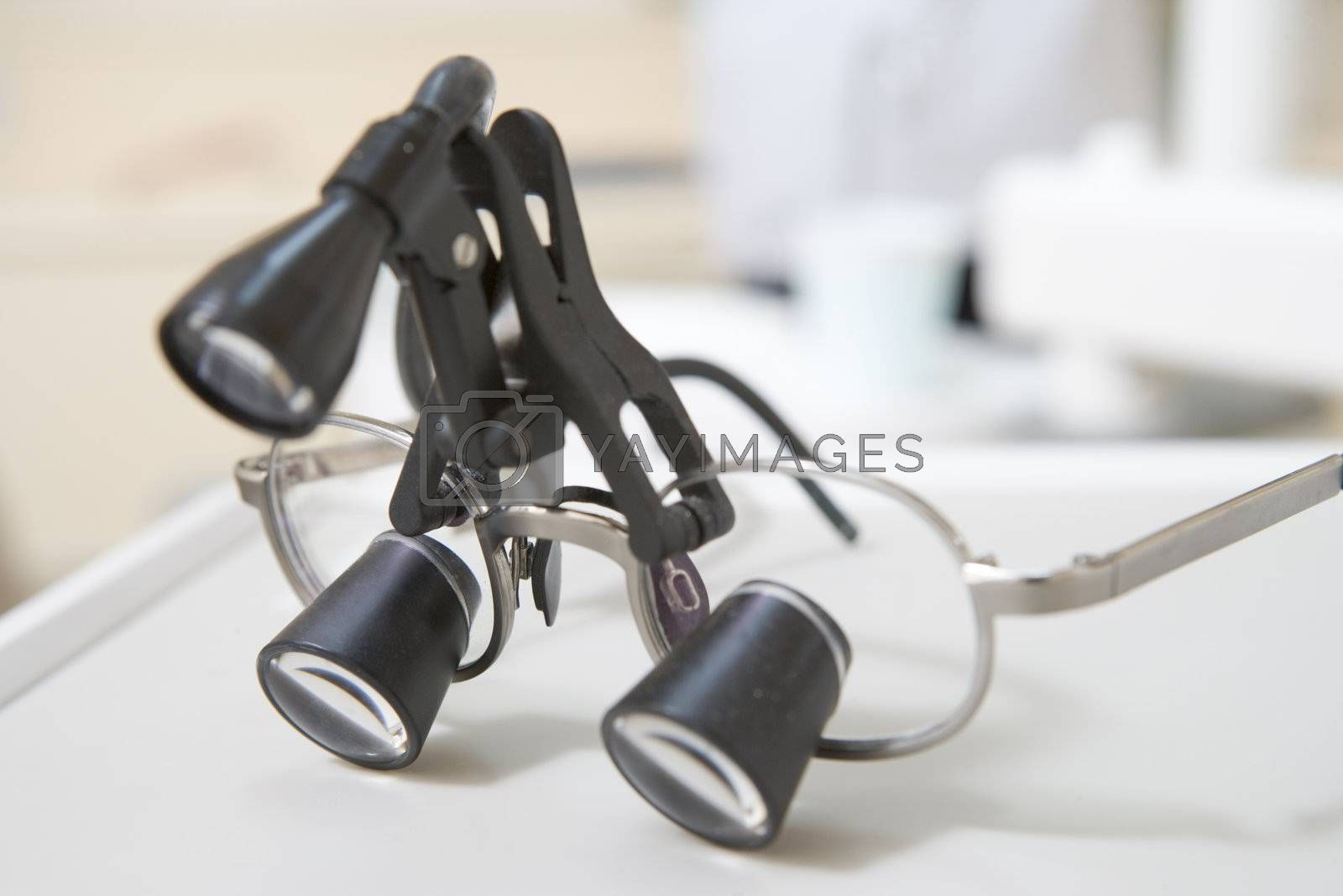 Dentist's eye piece with light
