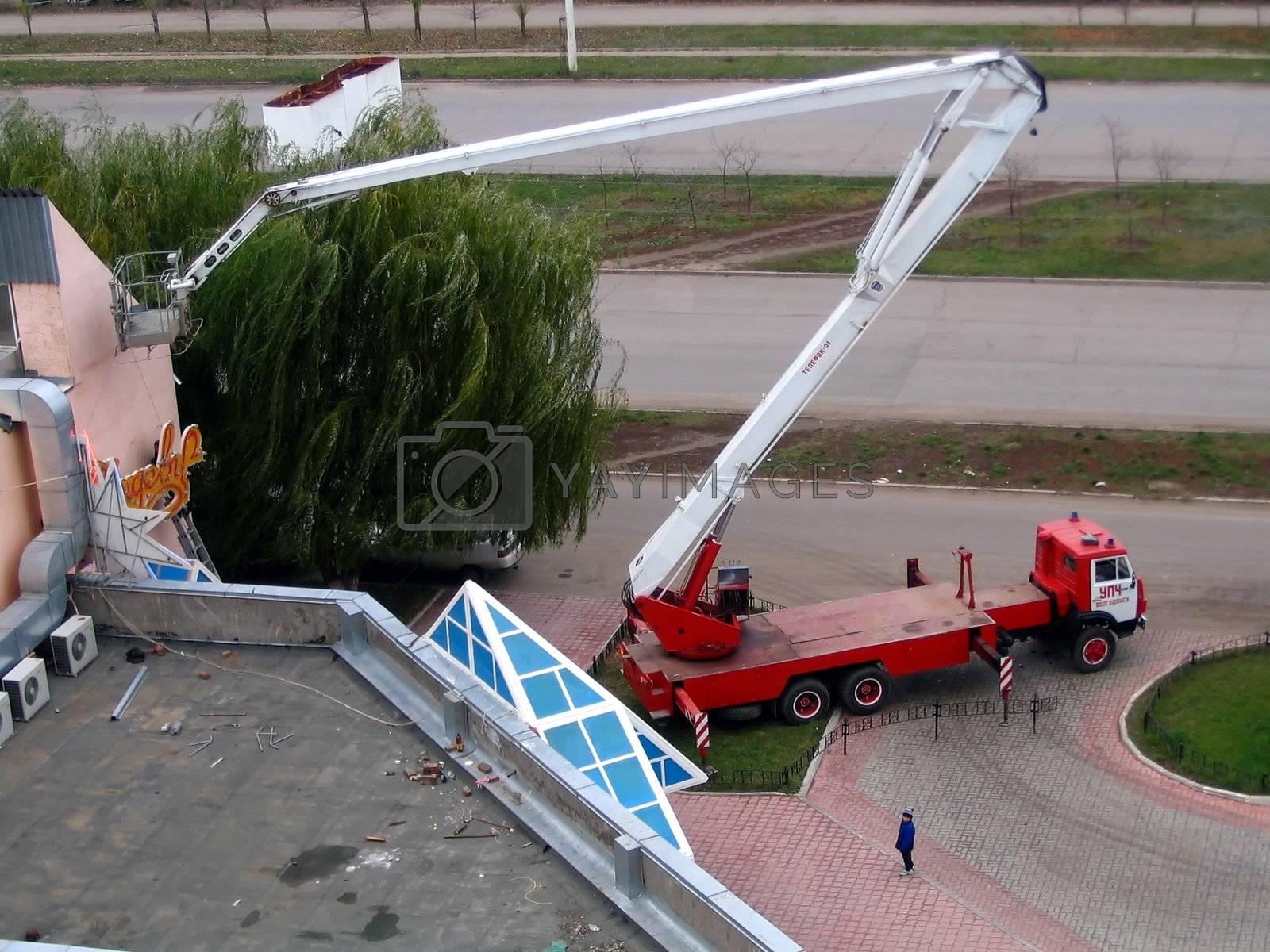 Big lifting tap assembles billboard