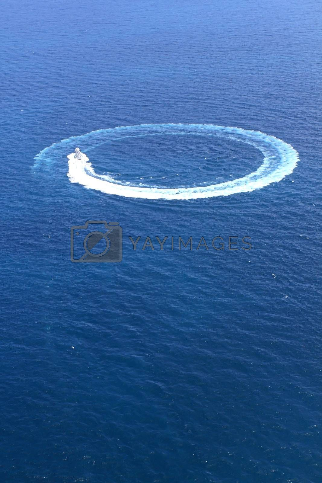 Speedboat in the sea ran circles.