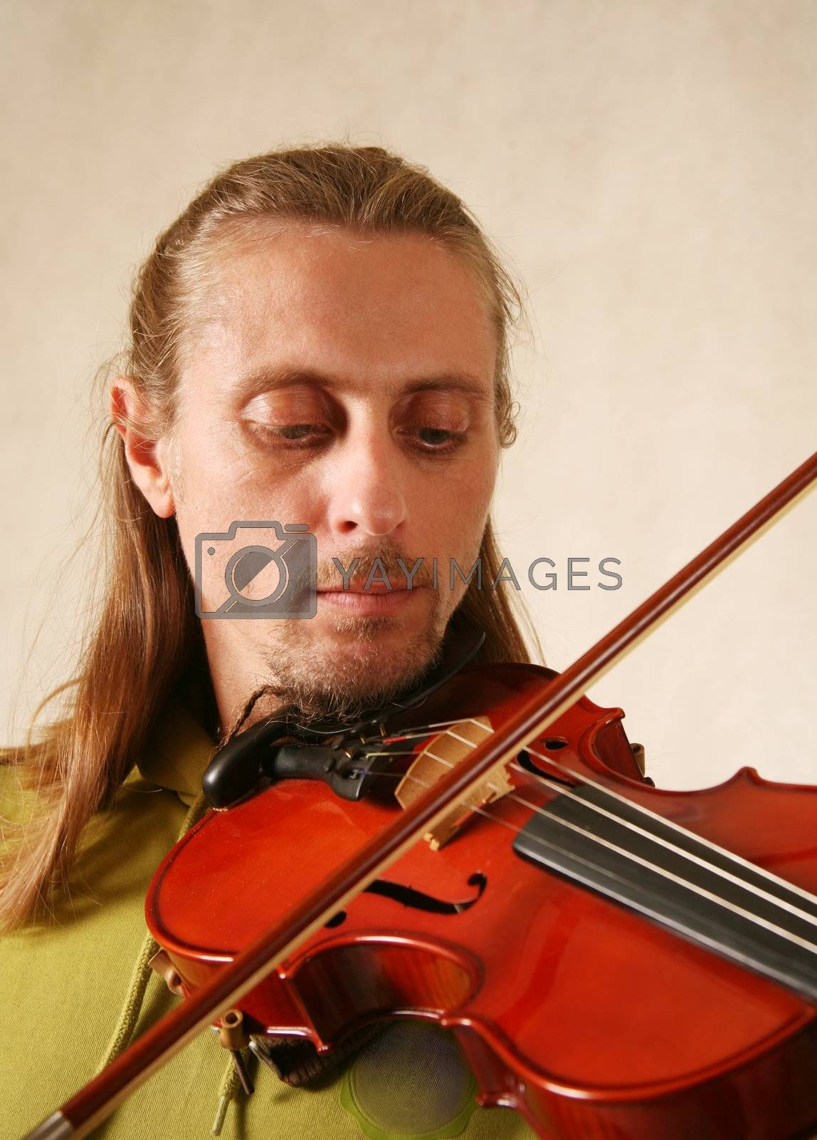 The man playing its violin close-up