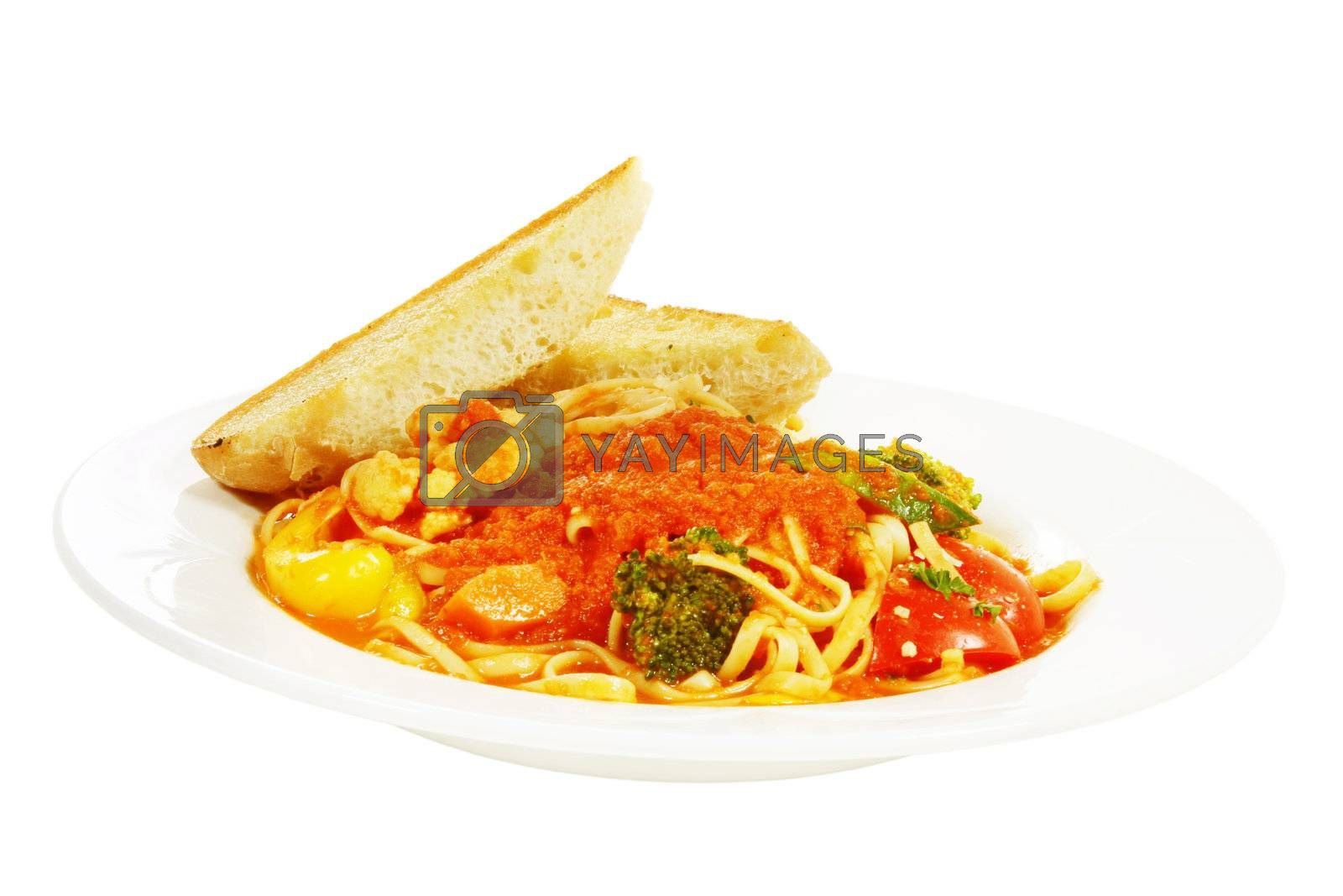 linguini pasta primavera in tomato sauce with vegetables and garlic toast