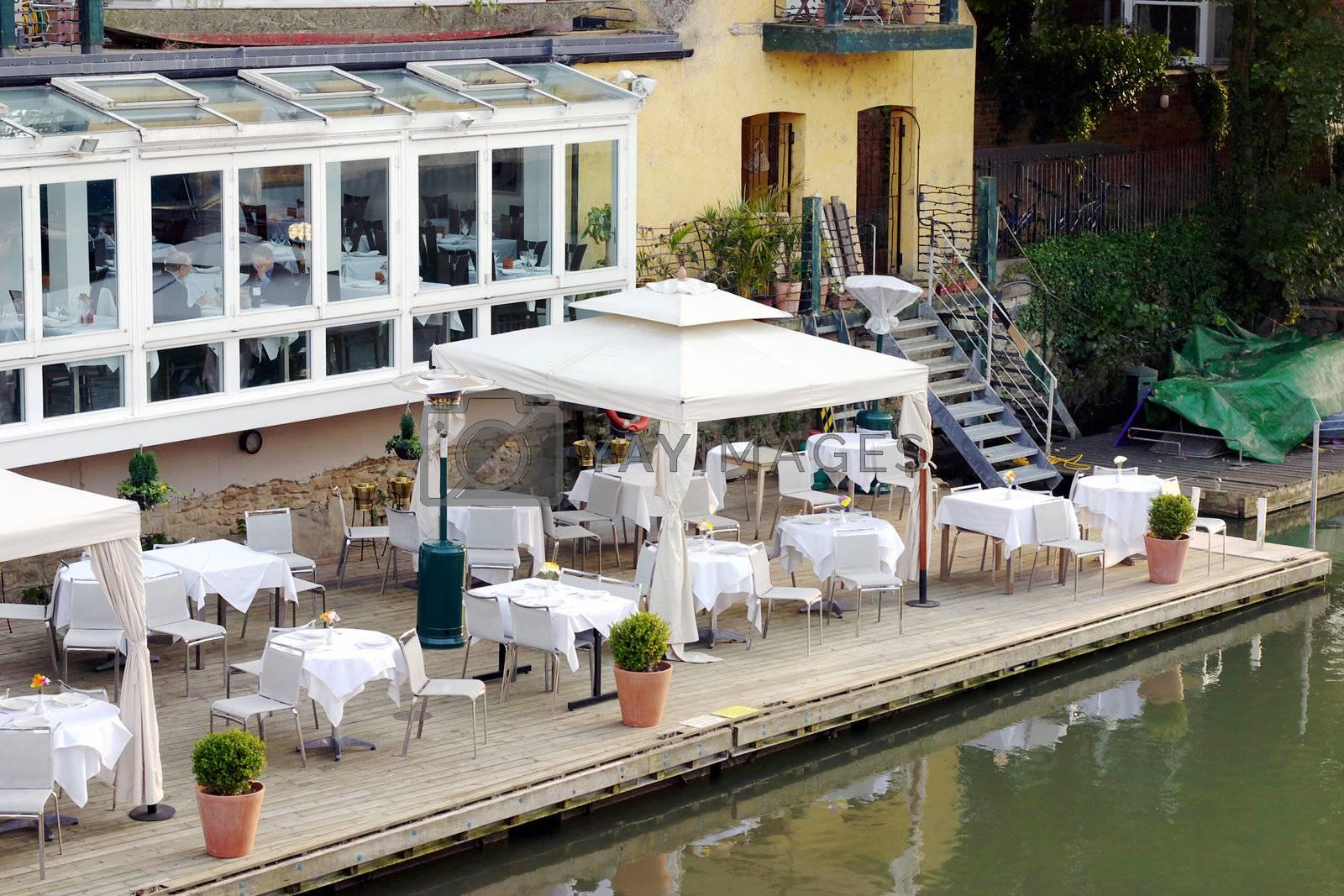 Al fresco dining by hospitalera