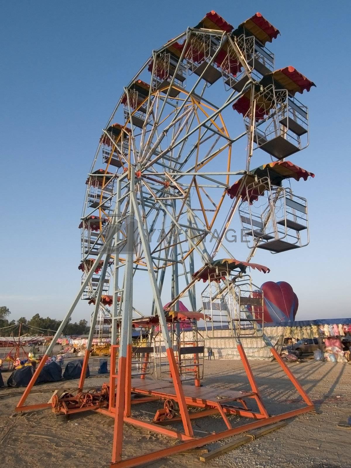 Empty ferris wheel by epixx