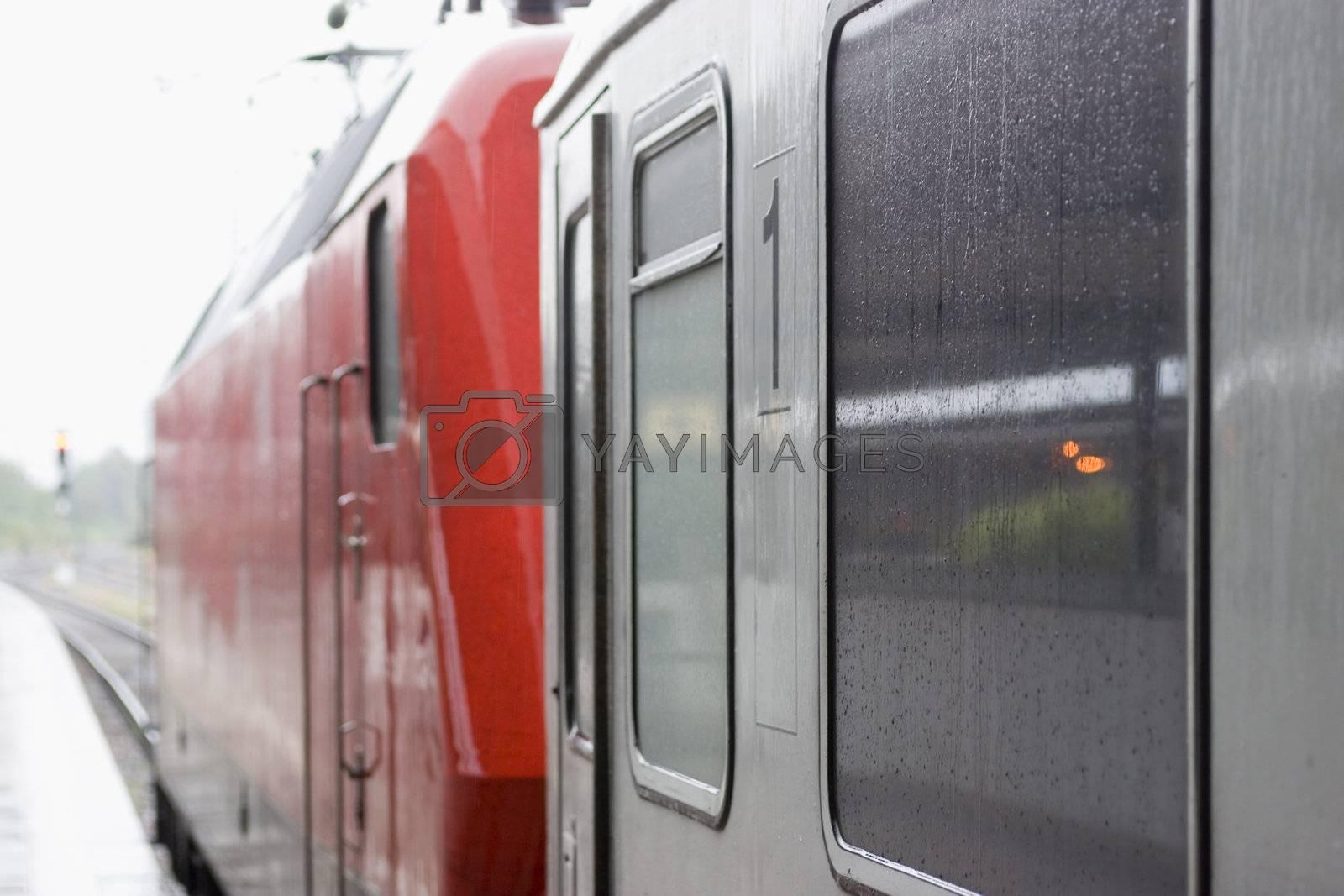 Zug im Bahnhof bei Regen