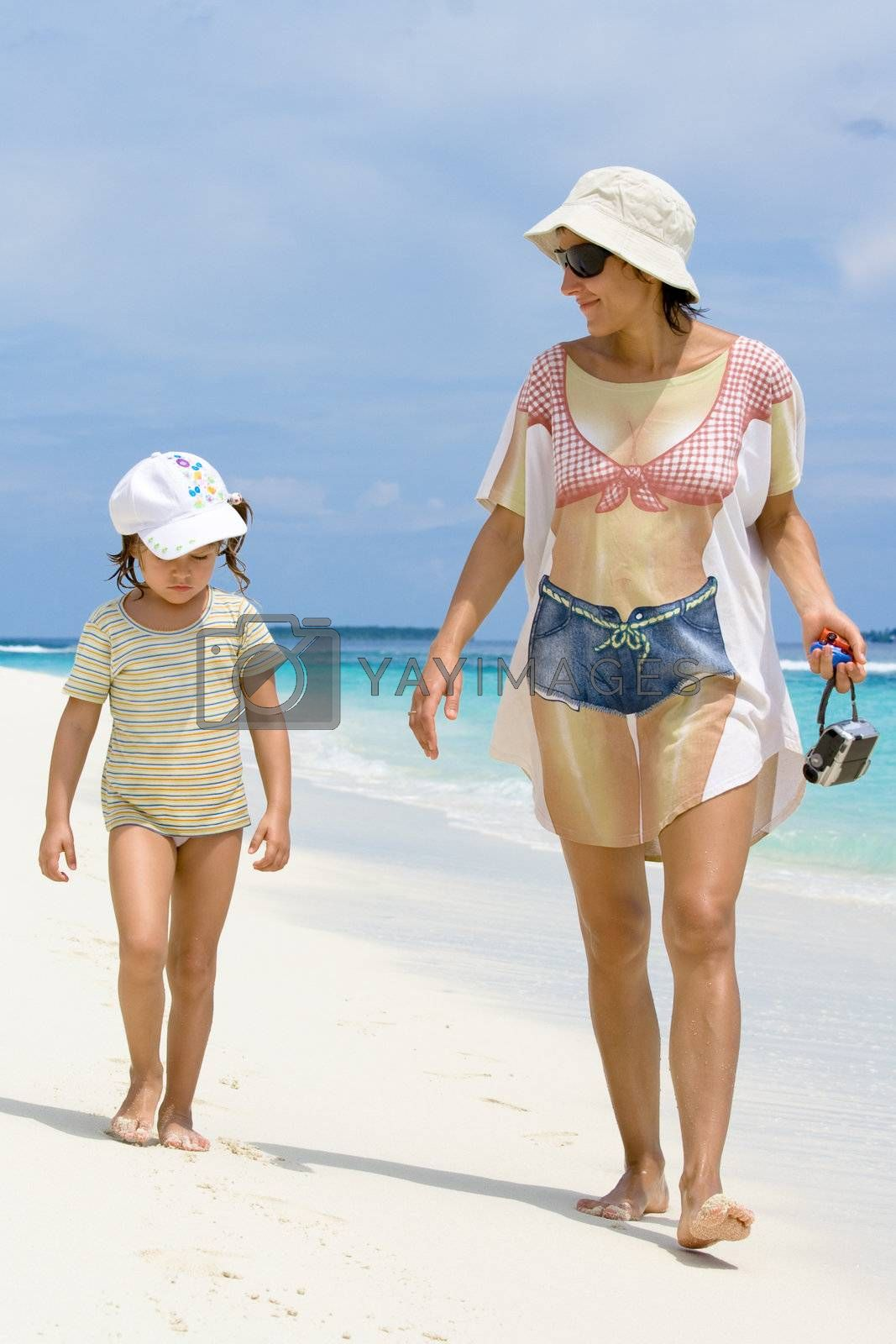 Vacation it is time to chat with baby walking on the beach, it is time to relax and make family closer