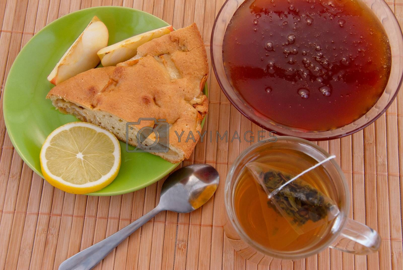 Green tea with cake and honey