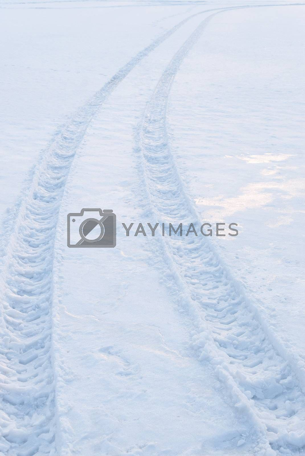 Tire trace on snow leaving to the horizon