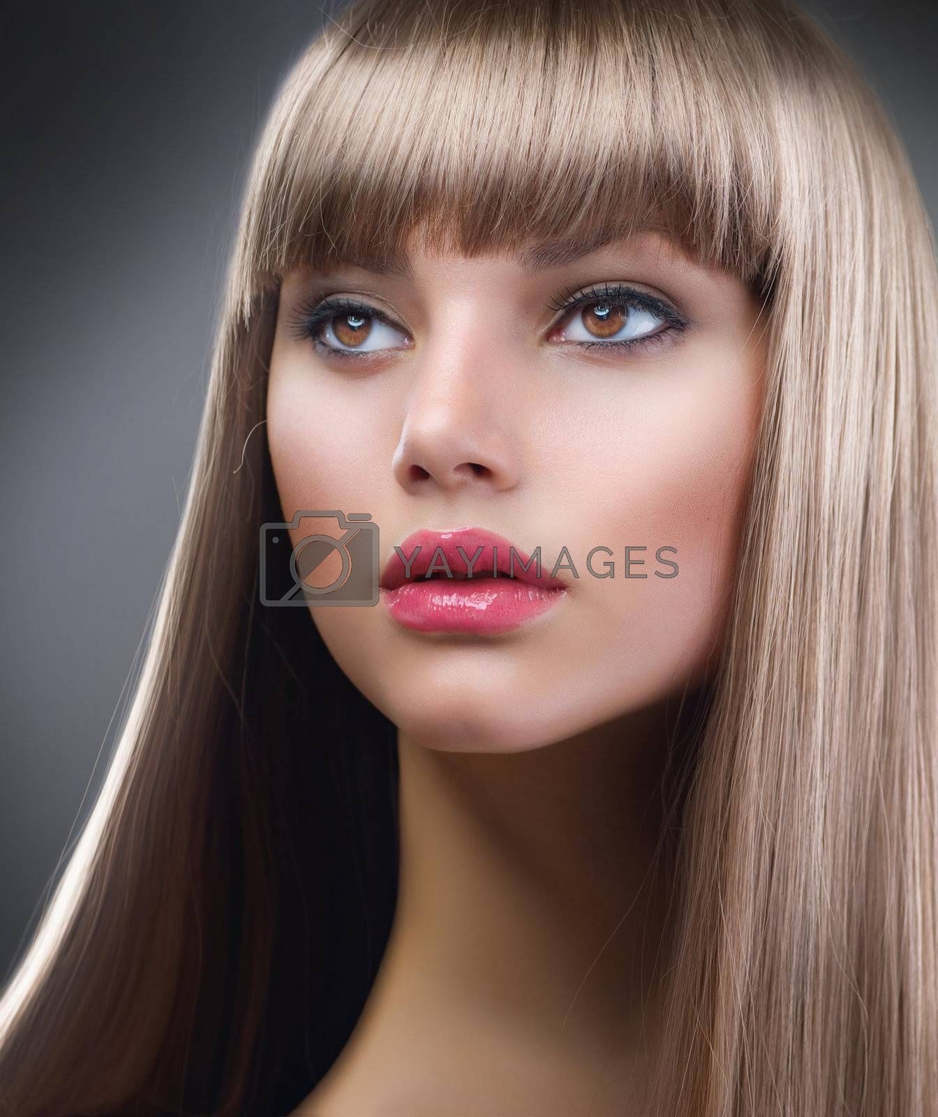 Fashion Blond Girl. Beautiful Makeup and Healthy Hair