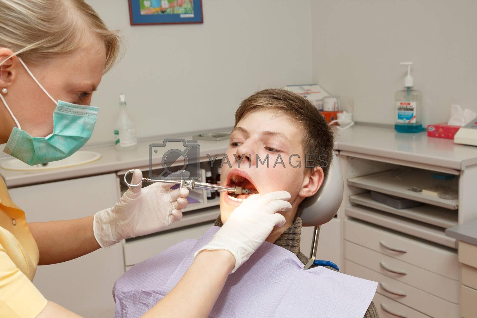 a dentist make anesthesia before dental treatment