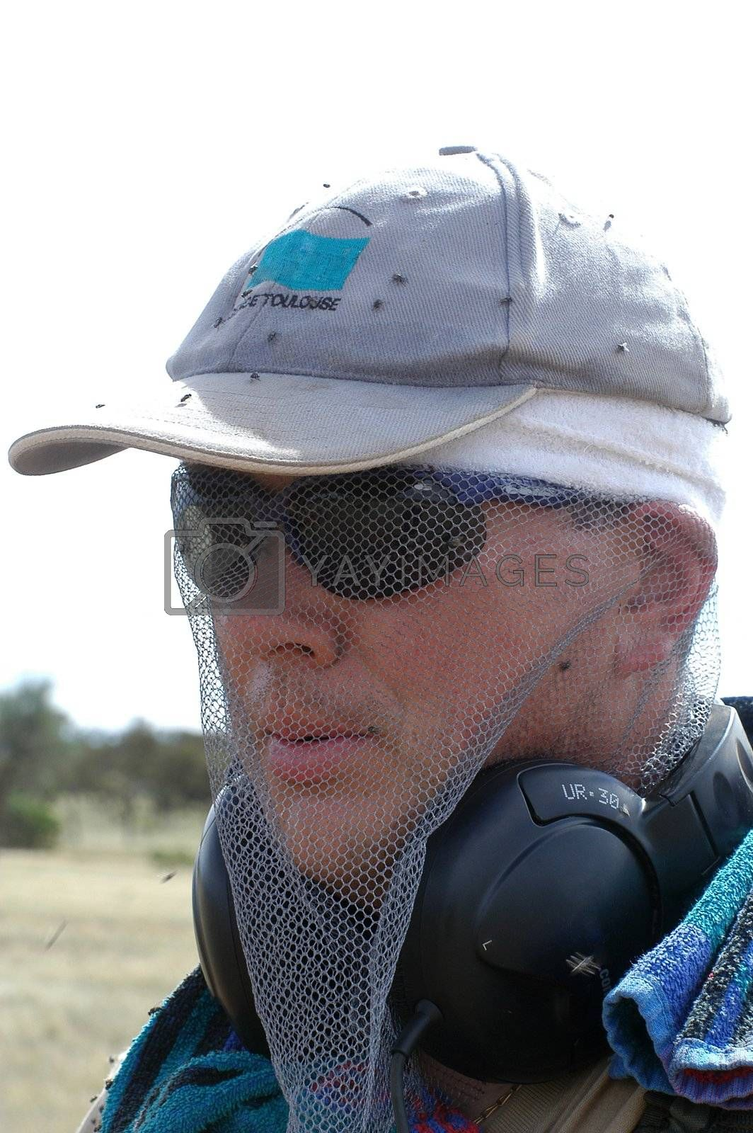 To protect itself from the flies in Australia in the bush to go to seek gold it is necessary to have a net on the head.