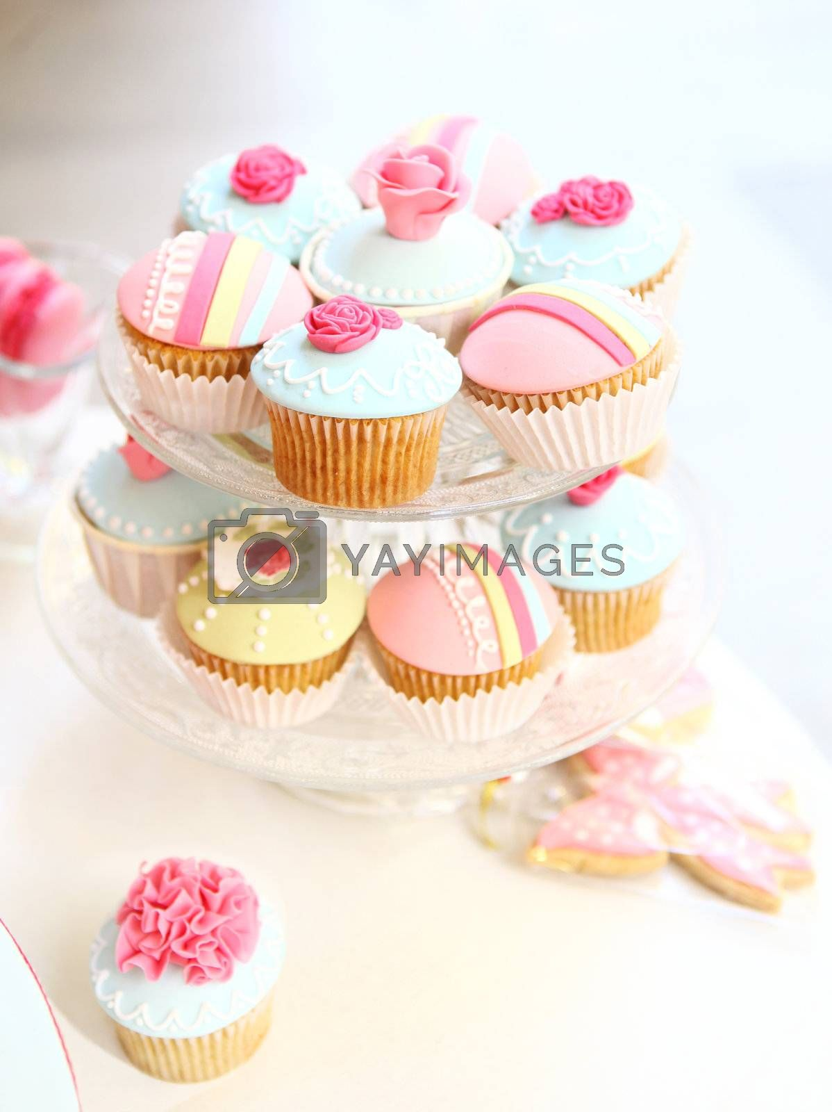 Cupcake tray with soft light on table        Cupcakes party