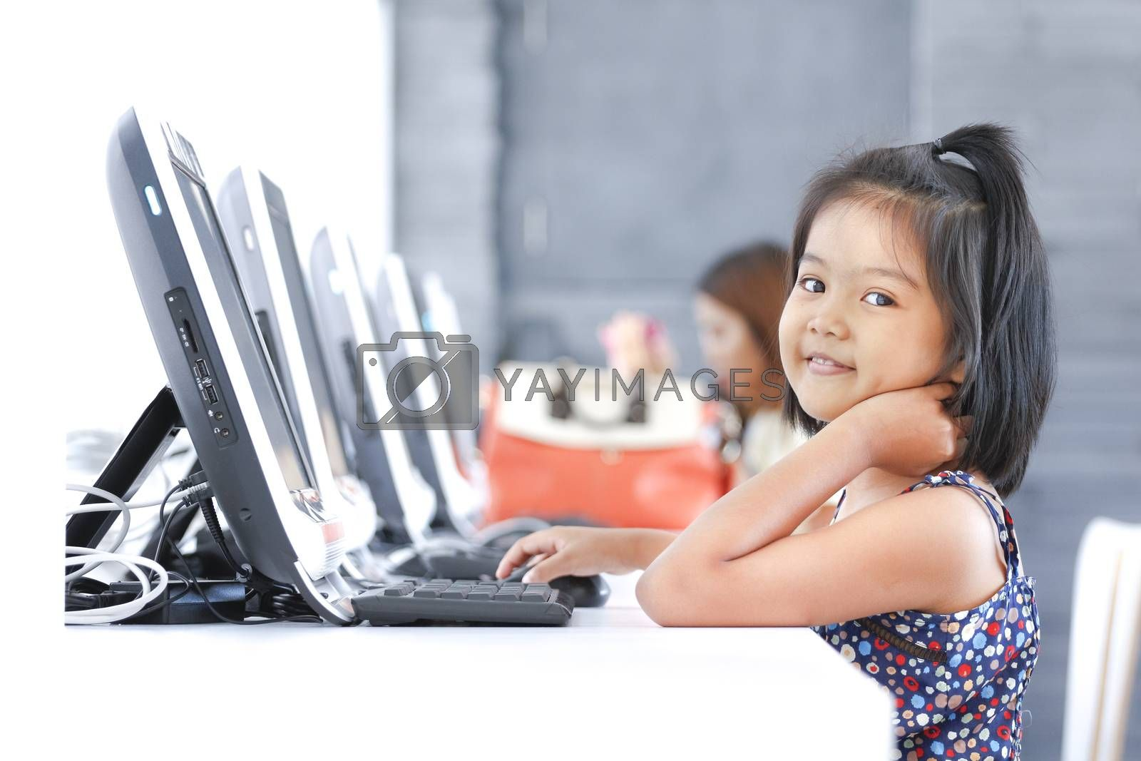 Asian children to using computer in classroom