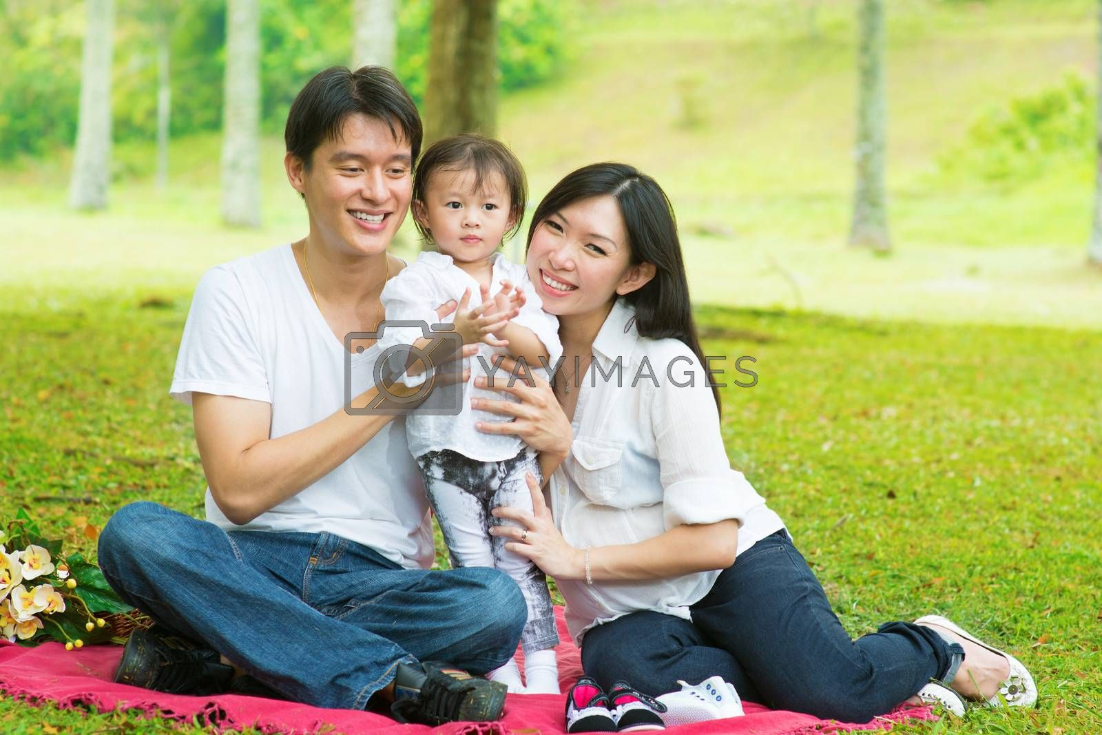 Asian family outdoor picnic by szefei