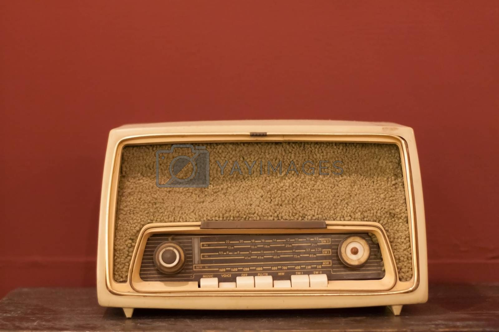 Old radio, old radio. There is a system to adjust the wave itself is shown on the table.