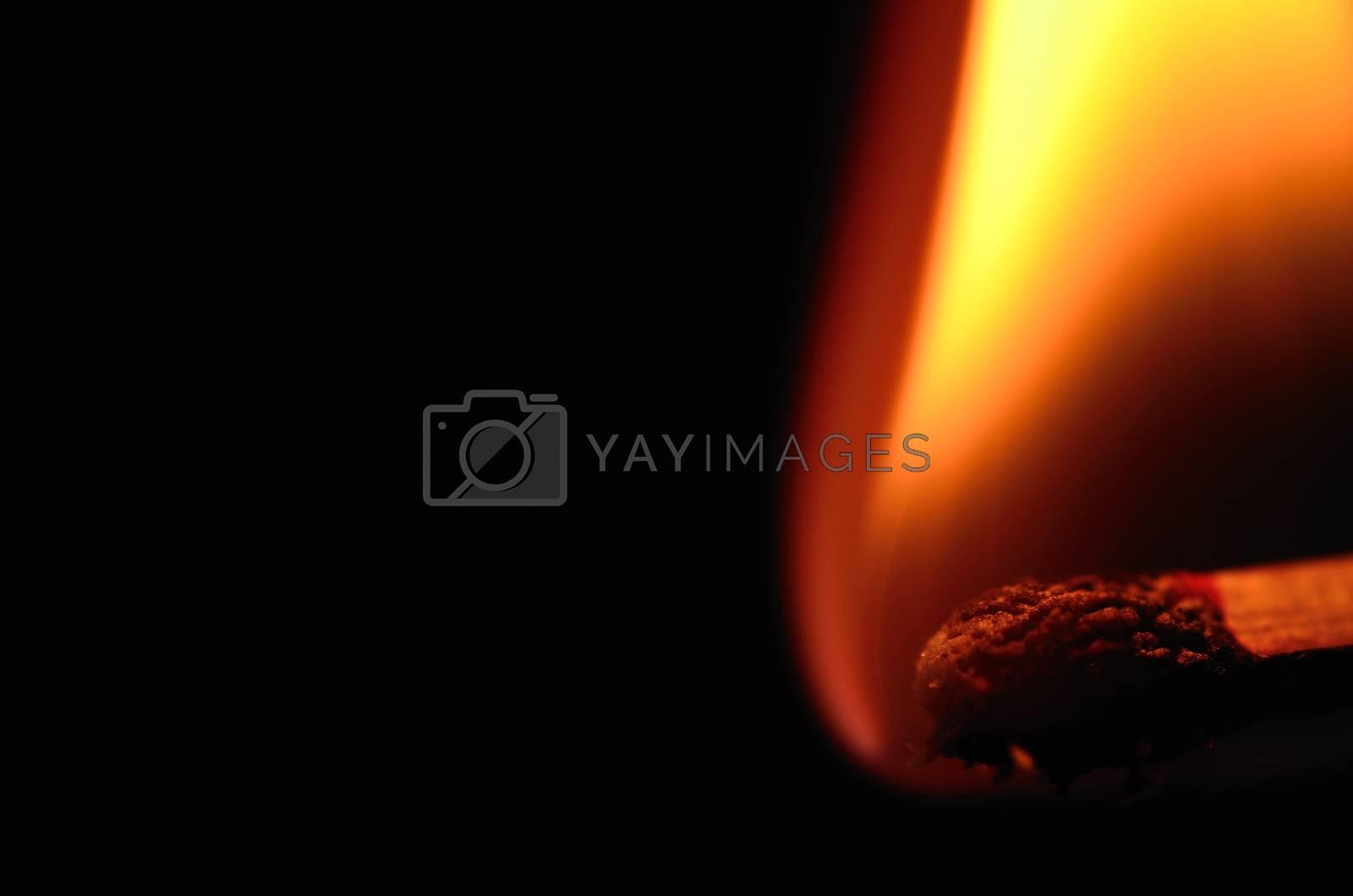 helle flamme von zuendholz mit schwarzen hintergrund grossansicht