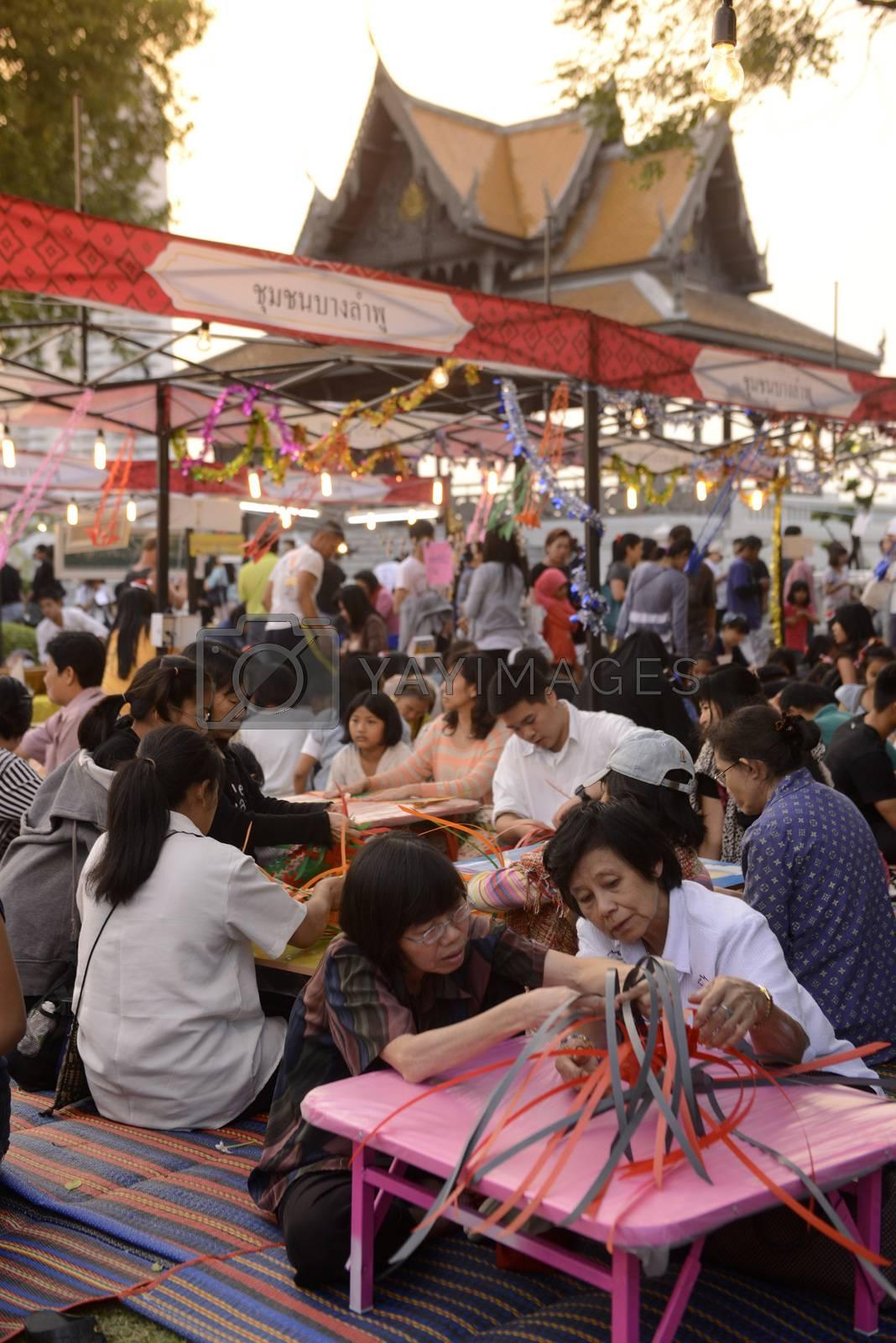 Menschen bei kreativer Arbeit bei einem Fest im Santichaiprakan Park am Mae Nam Chao Phraya in der Hauptstadt Bangkok von Thailand in Suedostasien.