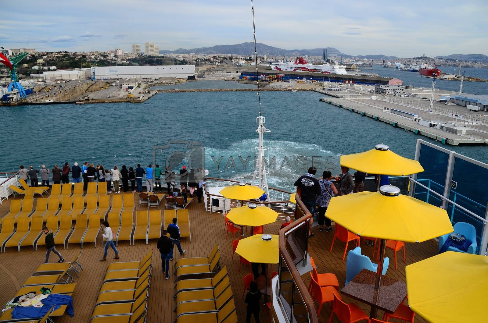 departure of cruise ship in marseille