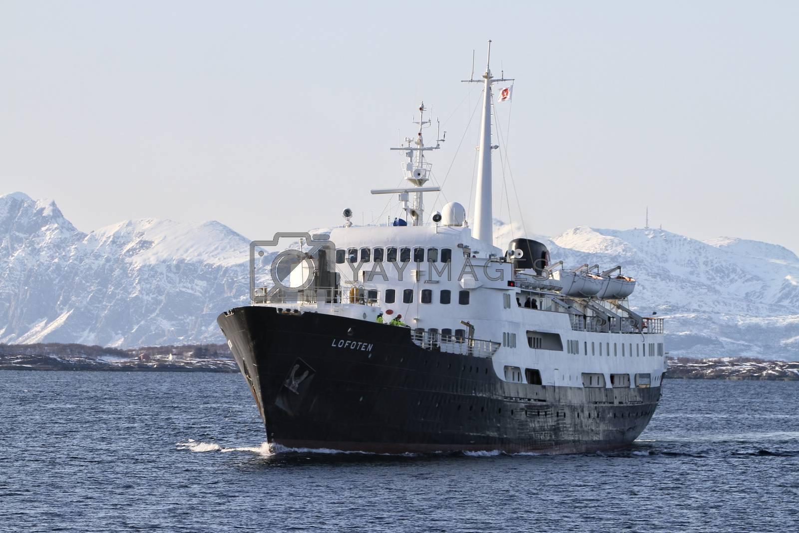 Hurtigruten M.s Lofoten ankommer Brønnøysund en vintersdag