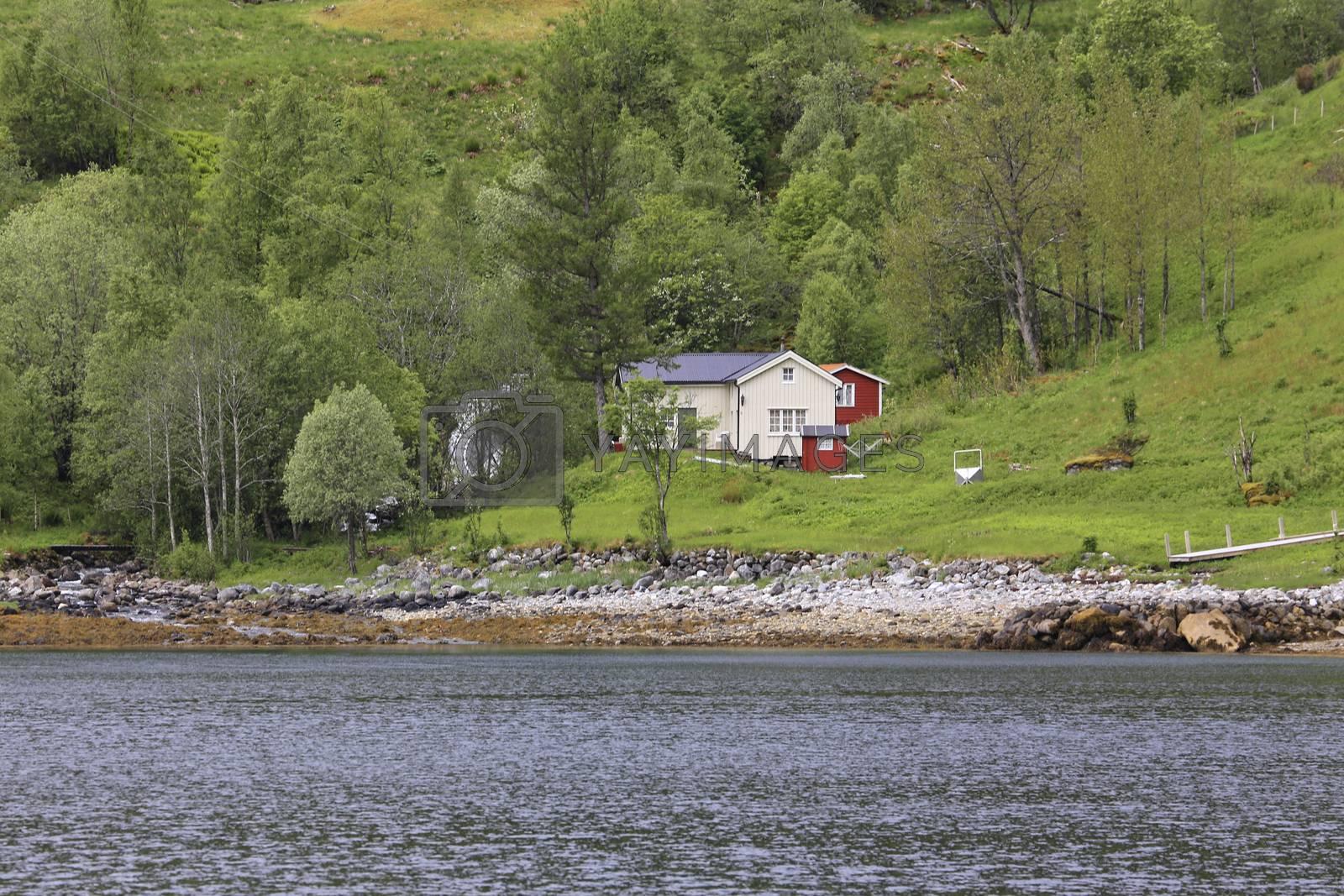 Fraflyttet småbruk i Ursfjorden i Sømna