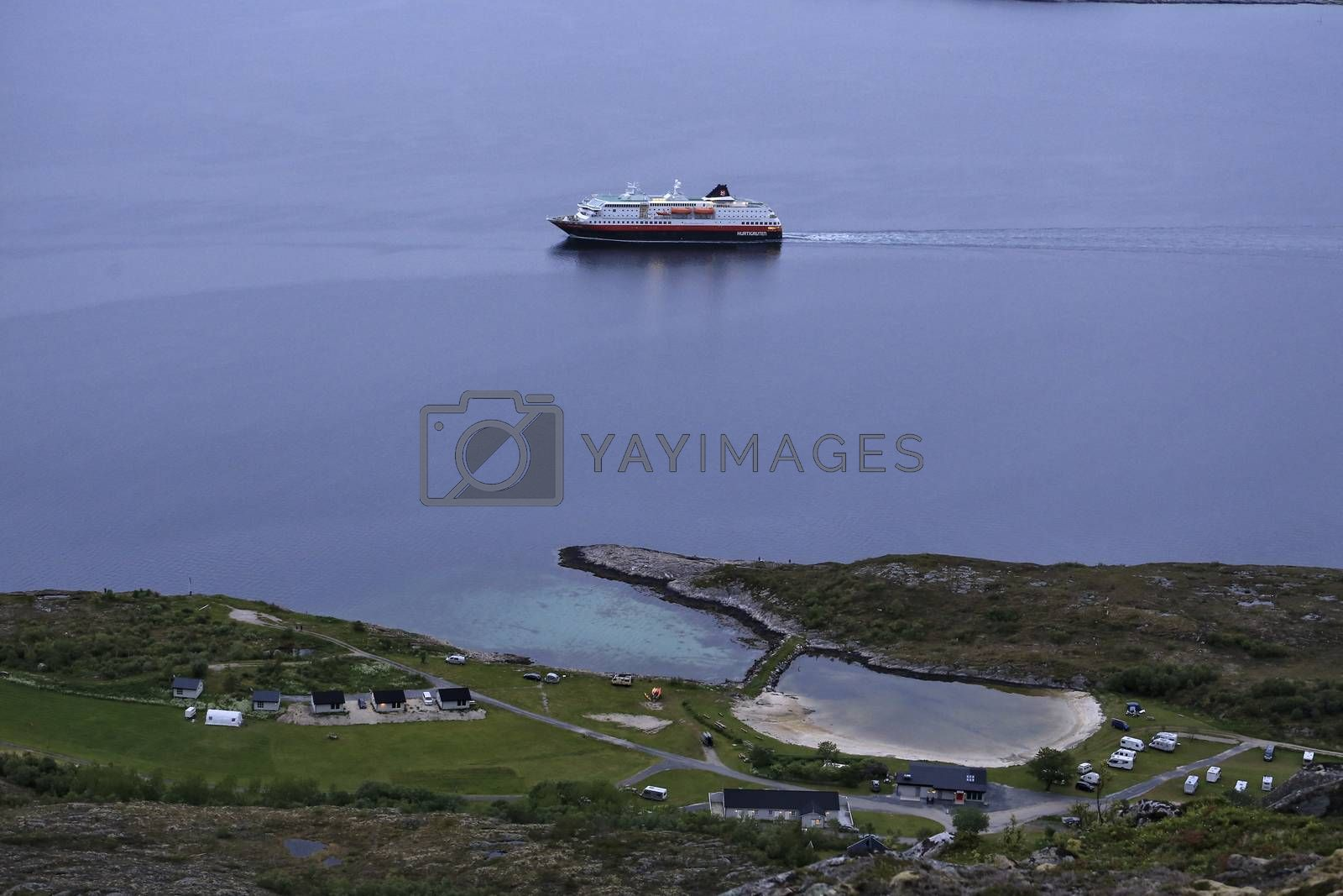 M.s Polarlys passerer Torghatten camping