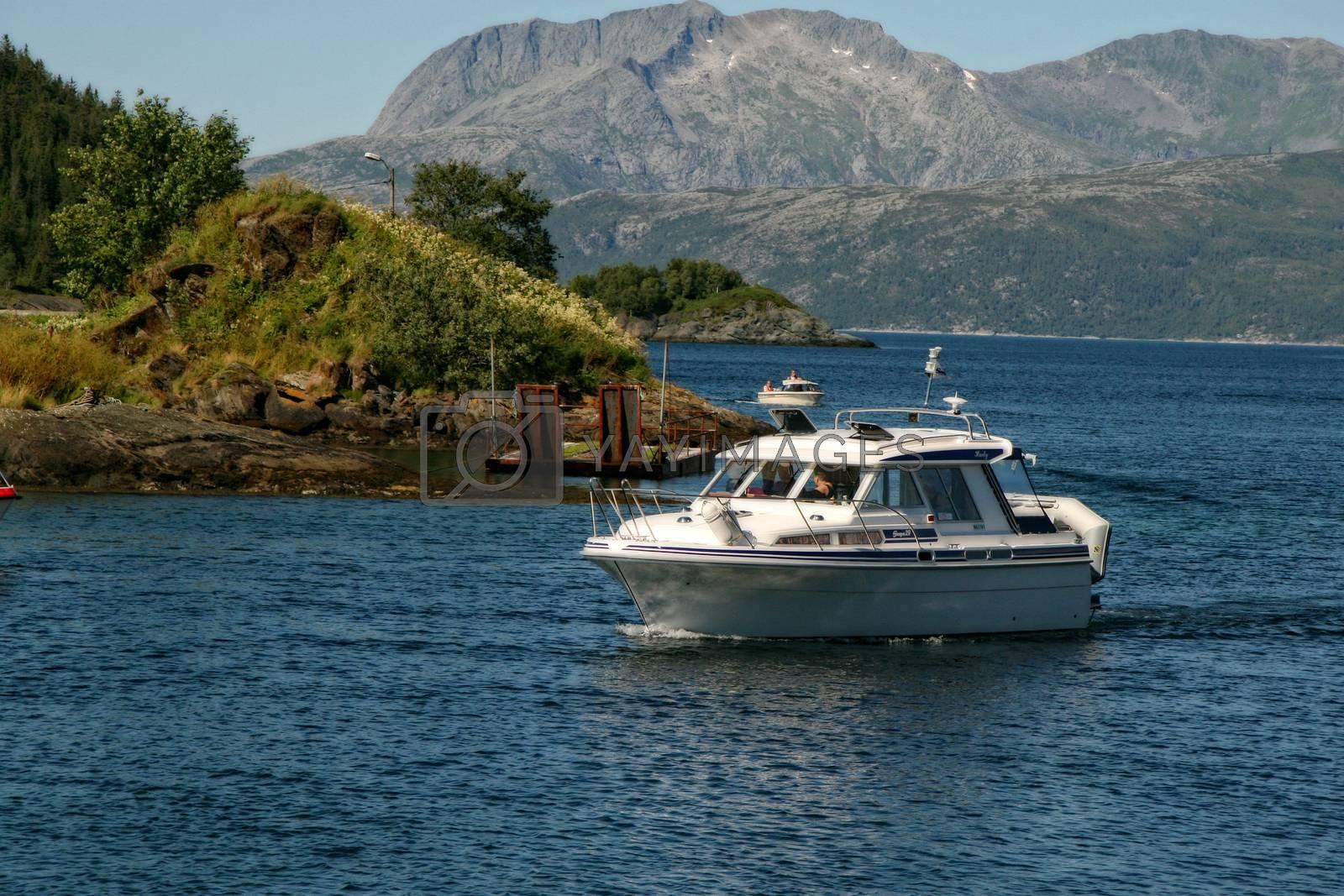 Fritidsbåt i havna på Nevernes