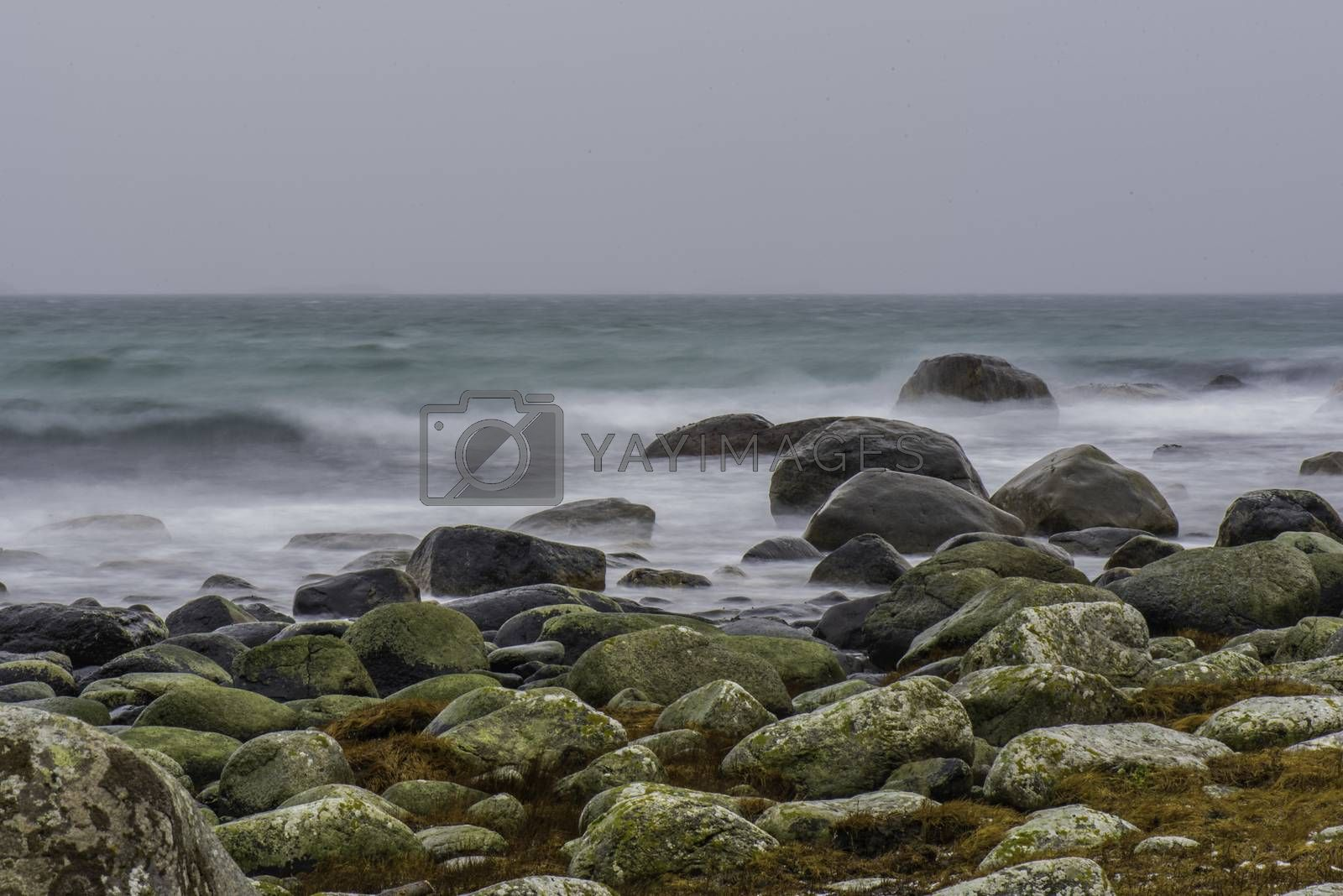 Bølger kommer inn mot Skadberg. by vidar.fredheim@dabb.no