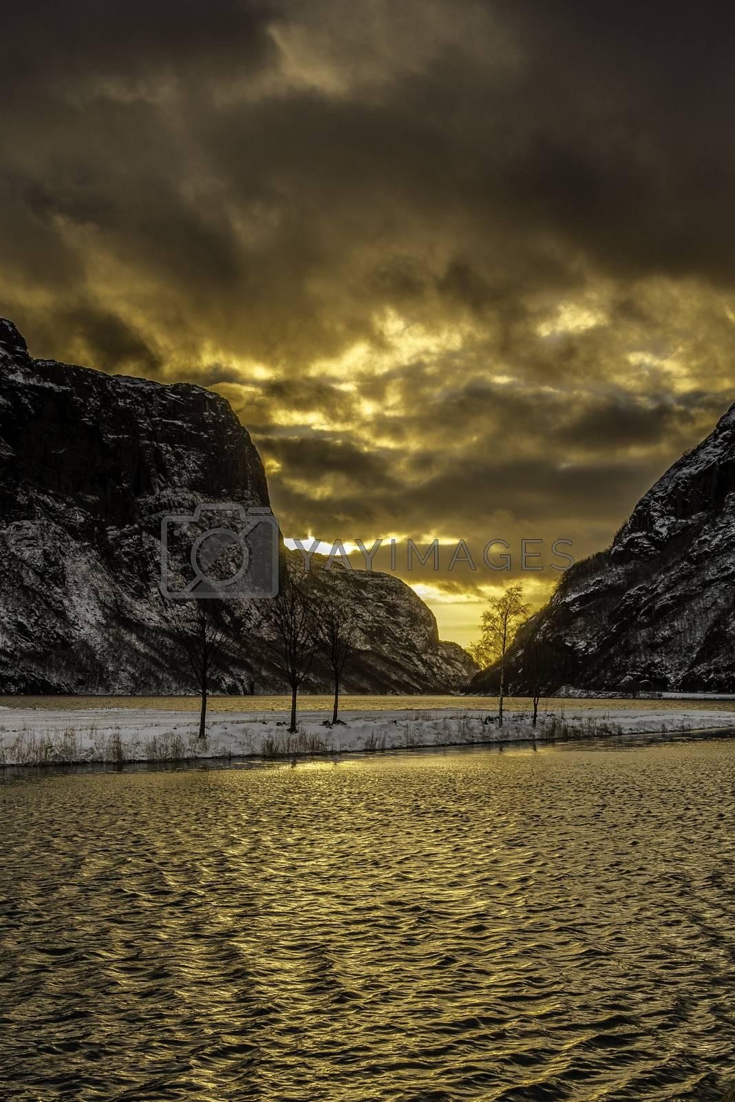 Sola bak skyene skaper flotte farger ved Gyavatnet i Rogaland.