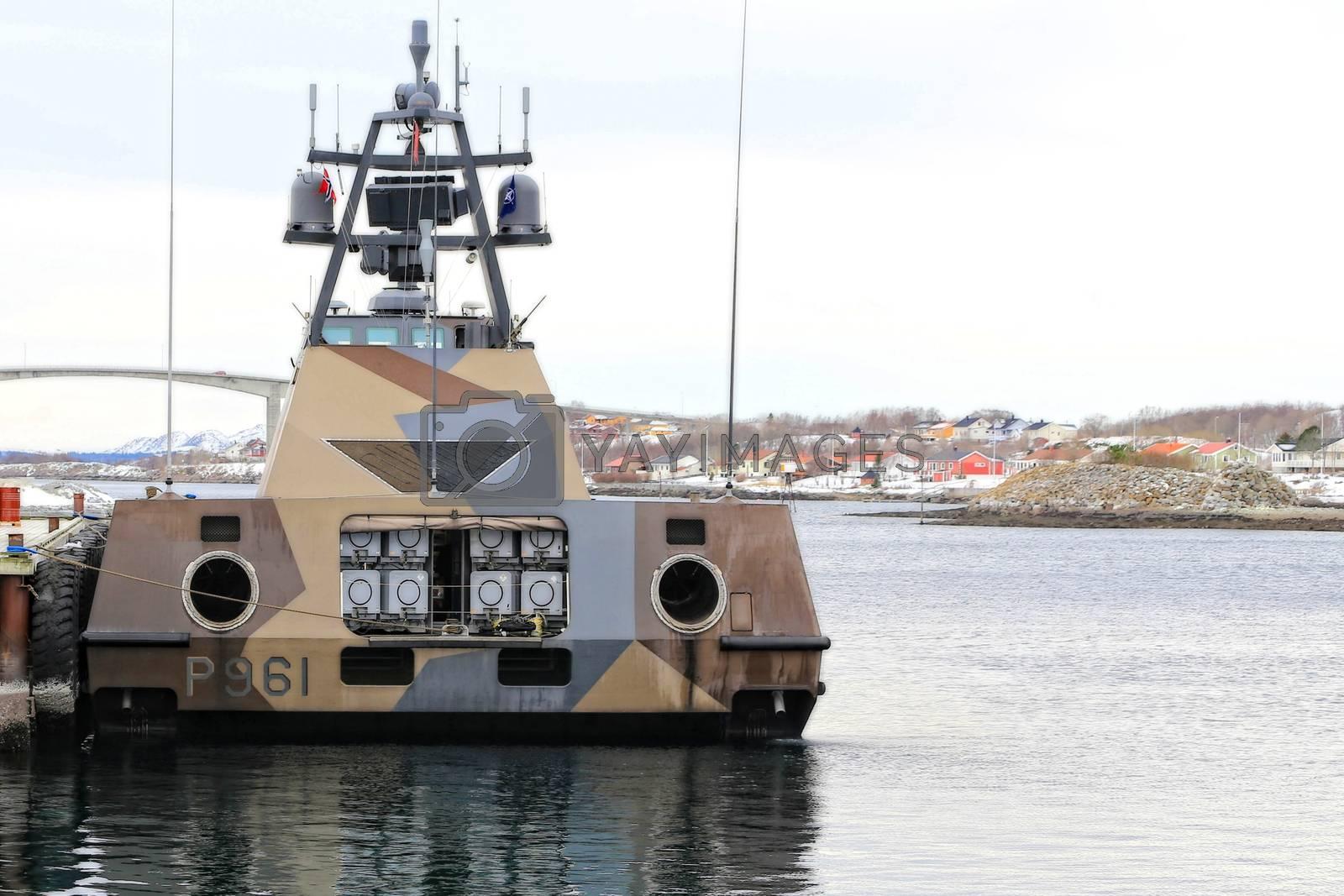 """KNM Storm ved kai i Brønnøysund """"KNM Storm  er et skip i Skjold-klassen, med en toppfart på 60 knop, og en rekkevidde på nesten 1500 kilometer. Skipet er bevæpnet med åtte stykk av Norsk sjømålsmissil som er en mellomdistanse-missil for å angripe fiendetlige skip."""